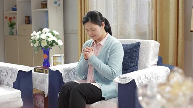 基督徒回到神面前禱告,感謝神讓她獲得了平安喜樂