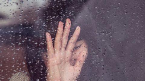 女子整容失敗極度地痛苦對着窗外痛哭