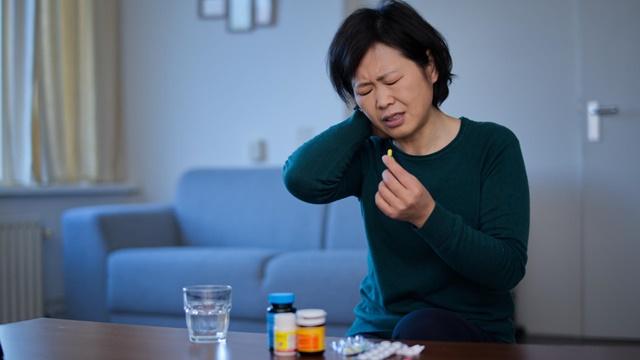 生病吃藥,痛苦的表情