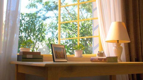 書桌上面一本書