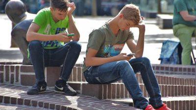 低頭族,滑手機