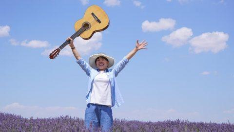 拿着吉他快樂的跳躍