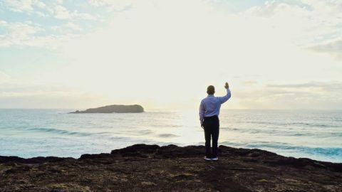 基督徒面朝大海禱告
