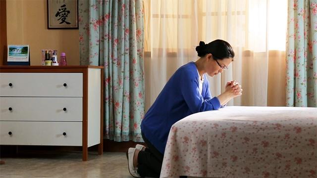 她跪在床前禱告