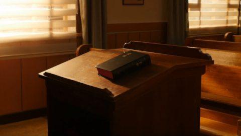 聖經放在桌子上