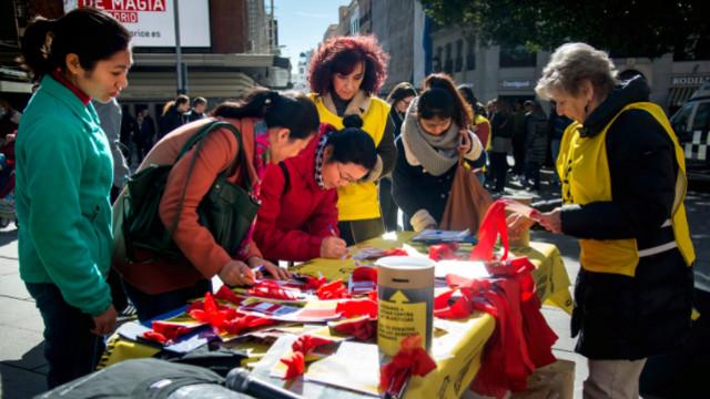 基督徒在「自由的紅絲帶」上簽名