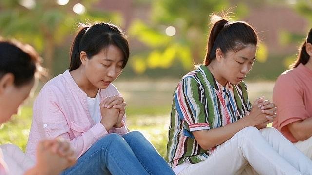 幾個姊妹在室外禱告