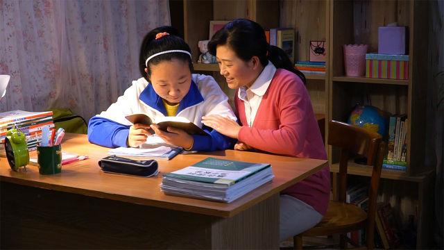 媽媽和女兒讀神的話
