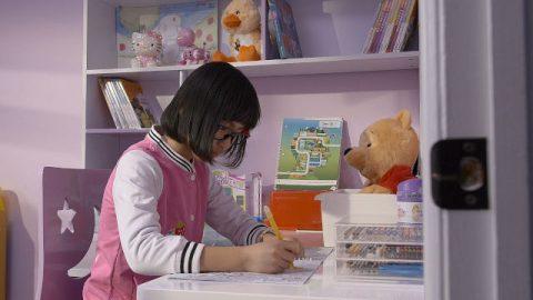 女孩寫作業