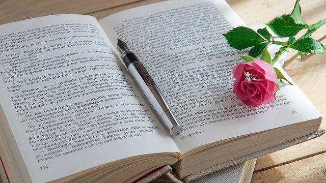 書本,鋼筆,玫瑰花,戒指