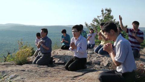 基督徒跪在山上禱告
