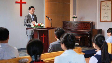 牧師在講台上講道