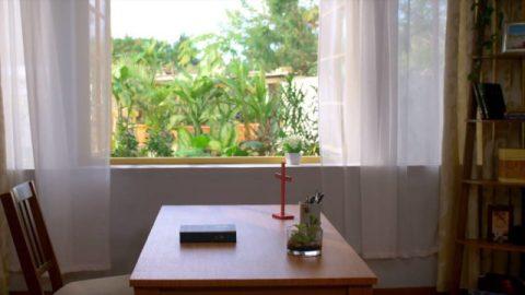 一本聖經放在桌子上面