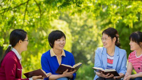 基督徒開心地聚會交談