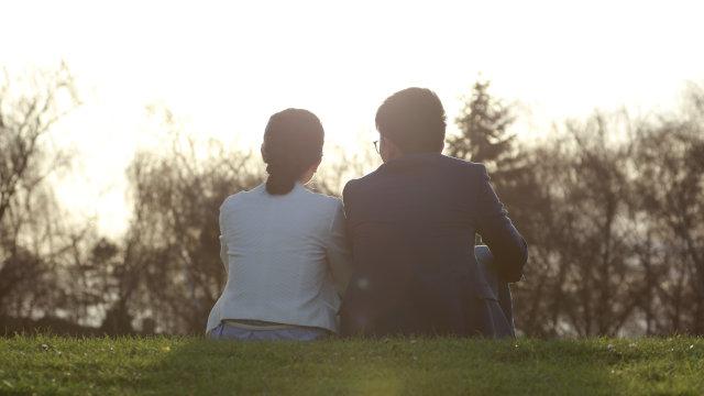 夫妻坐在草地上
