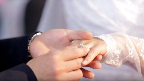 婚禮上,新郎給新娘戴鑽戒