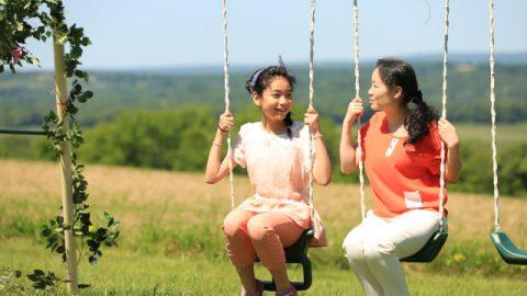 媽媽和女兒在公園盪鞦韆