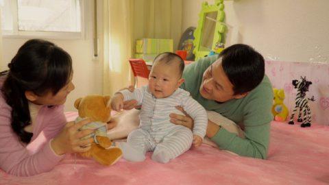 爸爸媽媽逗小寶寶