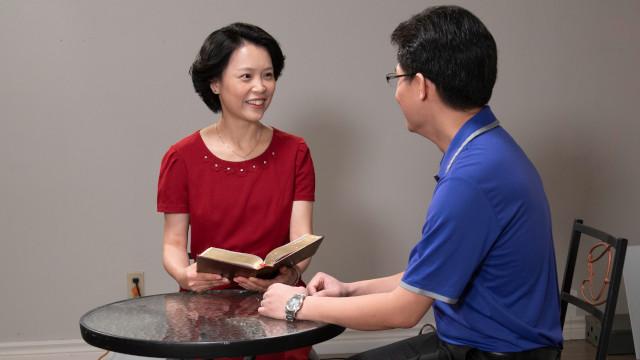 一對夫妻坐在桌前開心地彼此交流心聲