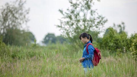 16歲基督徒走在上學的路上