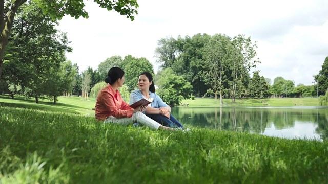 基督徒坐在湖邊的草地上討論教會荒涼禁食禱告也沒有果效的問題