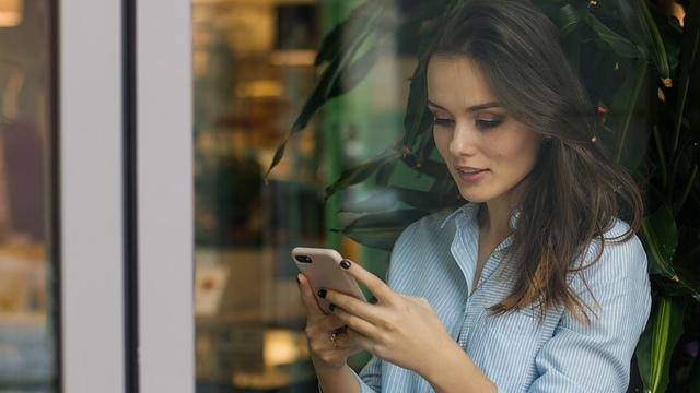 她拿着手機頭也不擡的網購