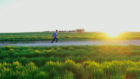 孩子開心的跑