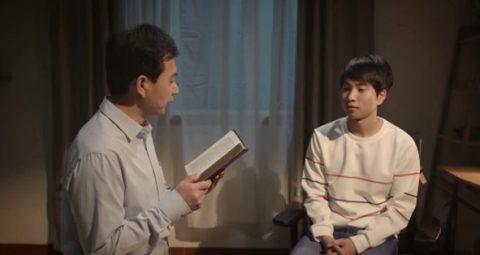 父子坐在一起讀神話,父子關係得到逆轉
