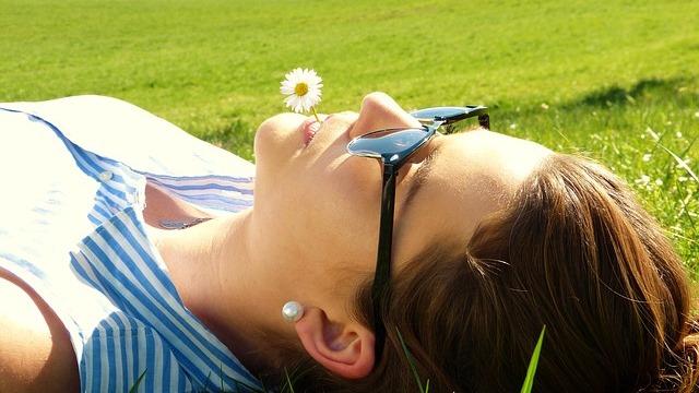 女子心靈得到了釋放躺在陽光下享受