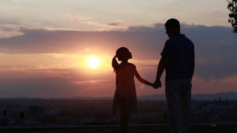 爺孫倆望着黃昏,心裡對神充滿了感激:是神的愛手讓我們爺孫倆跟死亡擦肩而過