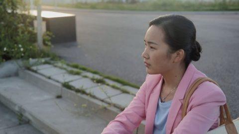 她坐在民政局門口拿著離婚證非常痛苦