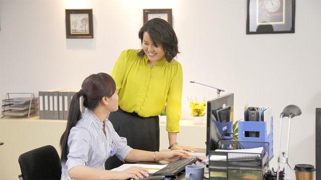 兩個同事在職場融洽地交談