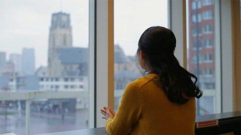 基督徒望着窗外回憶着離世好友為錢拼搏的一生,深有感觸