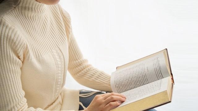 女基督徒在看神的話