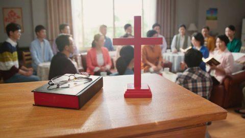 十字架和聖經在桌子上的近鏡頭,弟兄姊妹聚會的遠鏡頭
