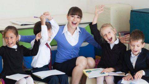 學生和老師在一起相處的快樂情景