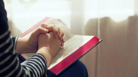 手在聖經上做禱告