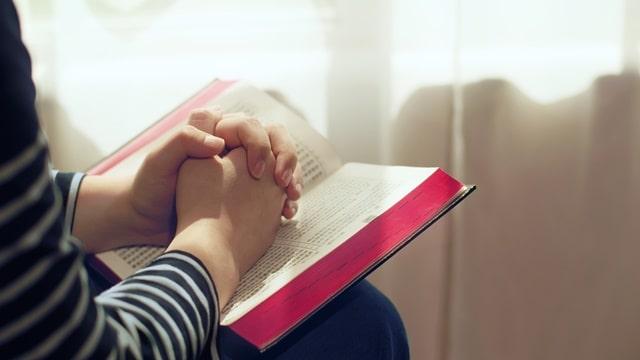 在神話面前禱告