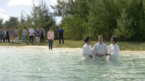 基督徒在水中受洗