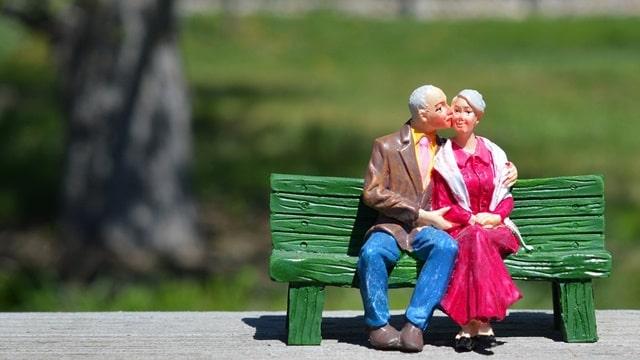 恩愛30多年的夫妻坐在長椅上