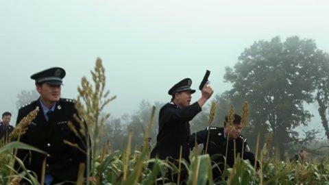 一群警察追捕基督徒