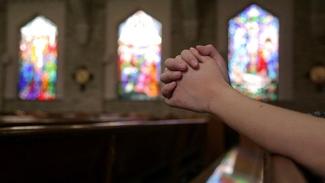 在教堂禱告