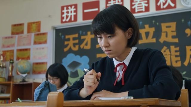 她在考場上手握着筆正在思考着什麼事情看上去很緊張的樣子