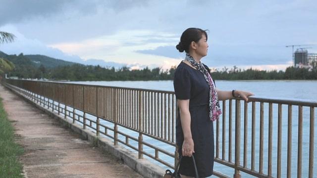 她得知丈夫出軌一個人站在海邊痛苦