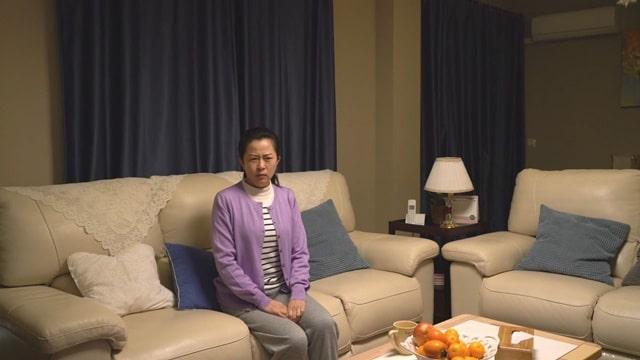 她獨自坐在沙發上生氣
