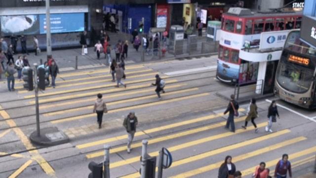 趕時間的人匆匆忙忙走過人行道