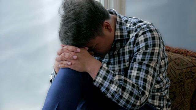 做在窗前情緒低落來到神面前禱告神