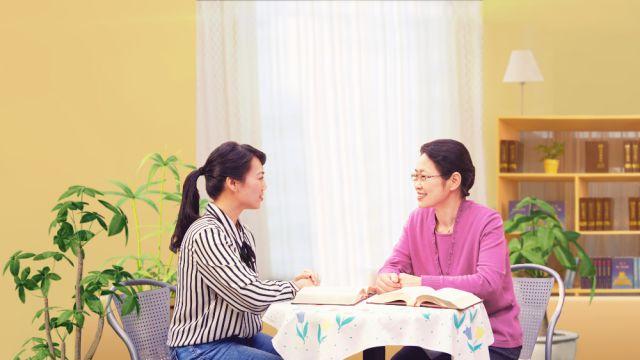 姊妹二人坐在一起交通真理尋求神的心意