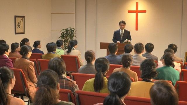 牧師站在講臺上講道底下一片安靜,有一種緊張的氣氛