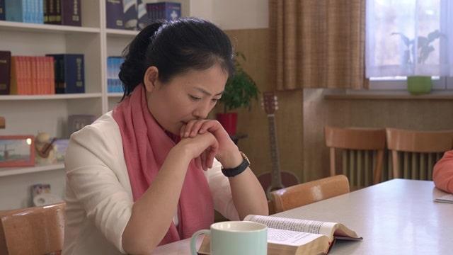 她坐在桌前認真地揣摩着神的話語
